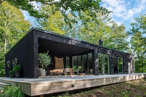 Efter Eva Nilssons skisser ritade arkitekten Roland Persson villan som blev klar 2017, mitt i skogen vid Gringelstad. Boytan är på 190 kvm och består av sju rum.