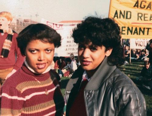 En ung Kamala Harris (t.h.) under en protest mot apartheid 1982.