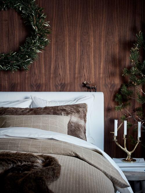 Fuskpälsen passar även i sängen och ger en härligt rustik  känsla av fjällstuga.