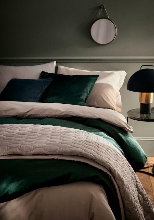 Även i sovrummet kan man fixa julstämning med gröna sängkläder.