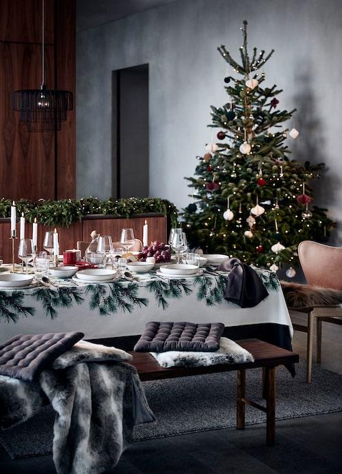 H&M:s dukar är utsmyckade med både granbarr och julrosor i jul.
