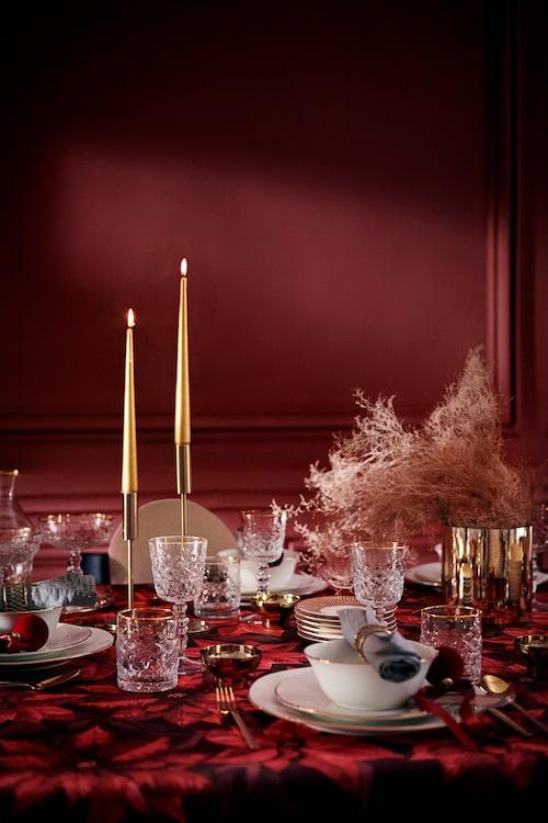 Även servis och glas har prytts med guldkant.