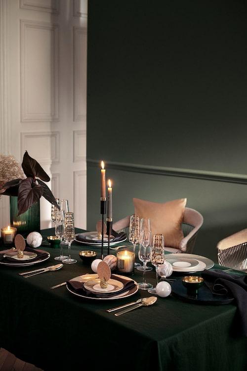 På bordet dukas det upp med mänger av glänsande gulddetaljer.
