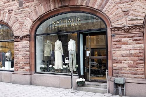 Nathalie Schutermans klassiska butik flyttar från Birger Jarlsgatan 5 till Birger Jarlsgatan 2.