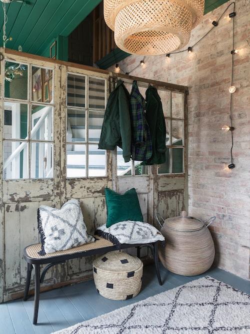 Hallen är avdelad med gamla fönster från Udda Tina. Bänk, Jotex, matta, Ellos, lampor, Ikea.