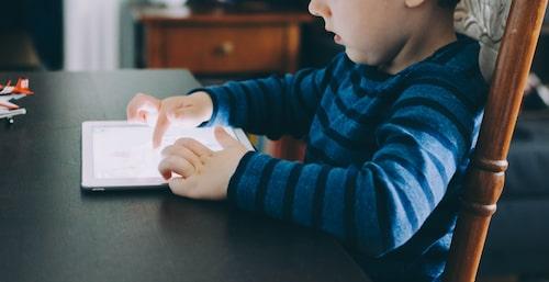 """""""Ha inte dåligt samvete för skärmen i dessa tider"""", råder barnpsykolog Malin Bergström."""