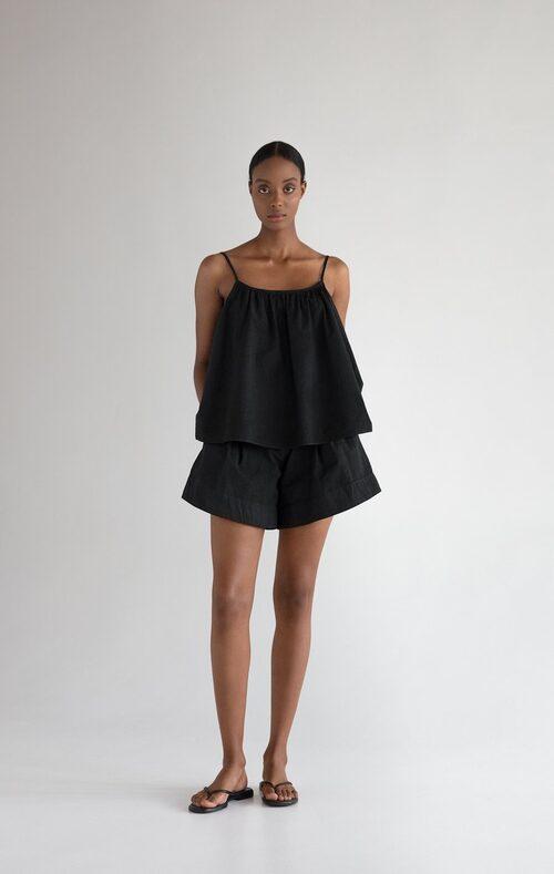 Svart linne och svarta shorts från Stylein.