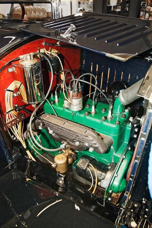 Den fyrcylindrig radmotor med sidventiler ger 28 hästkrafter.