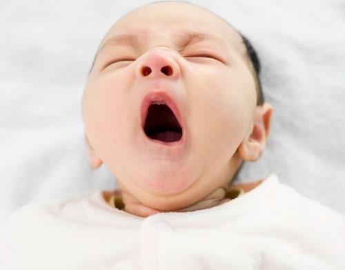 Det är väldigt vanligt att nyfödda barn vaknar flera gånger på natten.