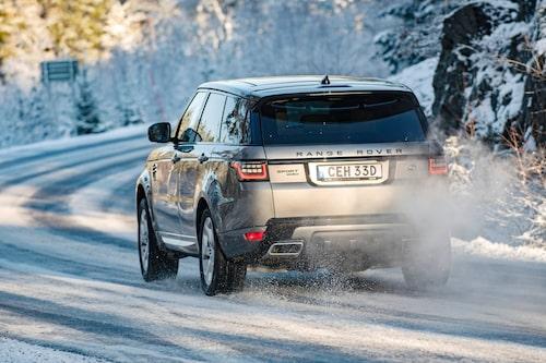 Effekten av fyrhjulsdriften är tydlig på klassisk vinterväg. Range Rover biter sig fast.