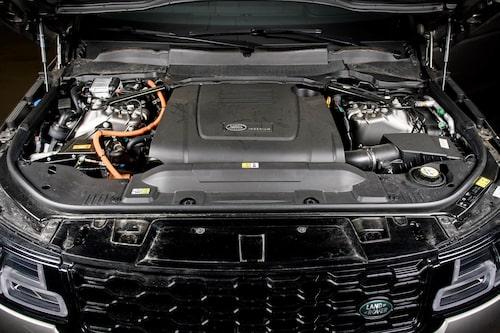Range Rovers laddhybridlösning ger en fyrcylindrig bensinmotor på 300 hästkrafter.