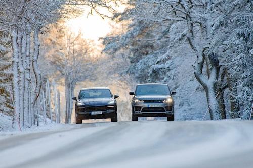 Just här syns inte så stor skillnad i markfrigång, men väl att Range Rover Sport är högre.