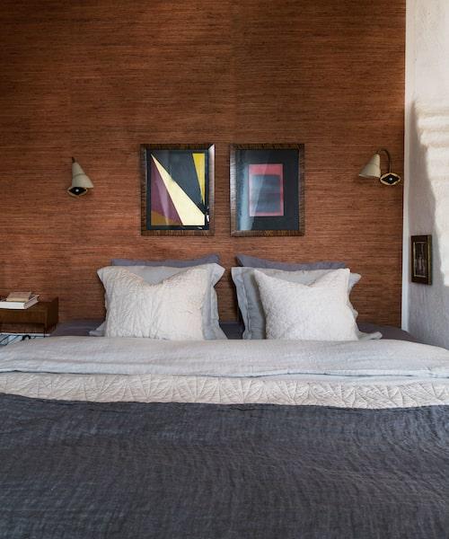 Vävtapeten i sovrummet är lite gulare än den i vardagsrummet, det blir varmare och mer harmoniskt.