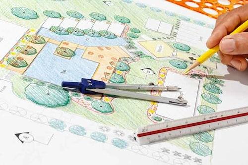 En trädgårdsdesigner hjälper dig med att planera funktioner i trädgården och välja växter.