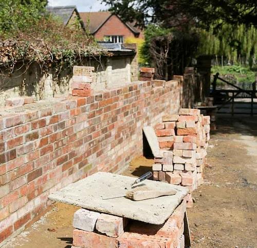 Murar är bland det dyraste att anlägga i trädgården. I slänter där muren ska vara bärande är det bäst att ta in proffshjälp.