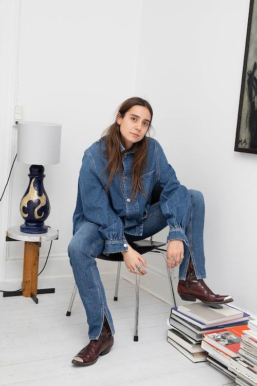 """""""Jeansskjorta och jeans från Ganni. Boots från Sendra. Lampa från Møller og Bøgely – den är cirka hundra år gammal."""""""