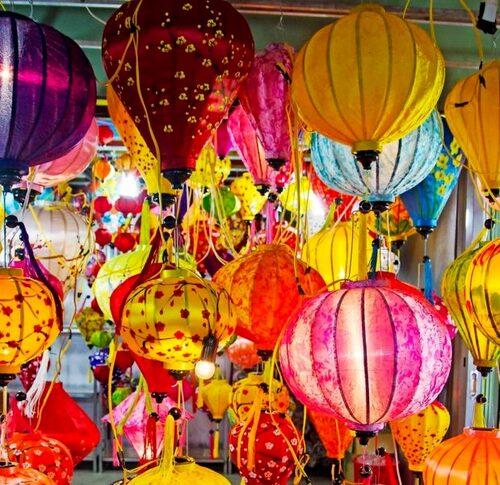 Köp med en färgglad lampa hem från nattmarknaden Dinh cau.