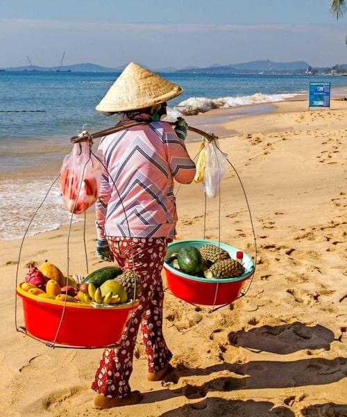 En av damerna som säljer frukt till C-vitaminbehövande gäster på stranden.