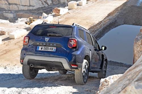 Fyrhjulsdriften hämtar Dacia från allianspartnern Nissan. Möjlighet att låsa 4x4 i Lock-läge förbättrar framkomligheten.