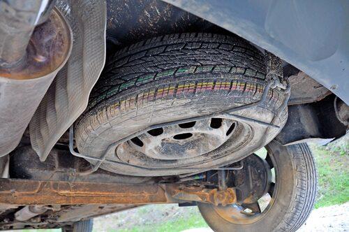 Gammal fransk bilkonstruktion låter hälsas när man kikar under Duster. Rejält med rostskydd anbefalle