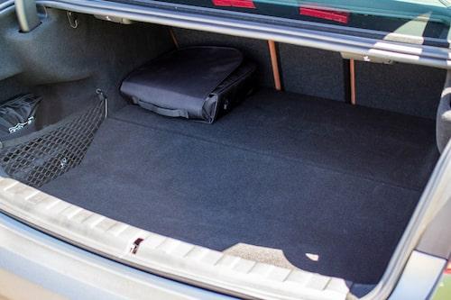 Bränsletanken hos hybriden stjäl utrymme i den främre delen av lastgolvet. Här bagage hos en sedan.