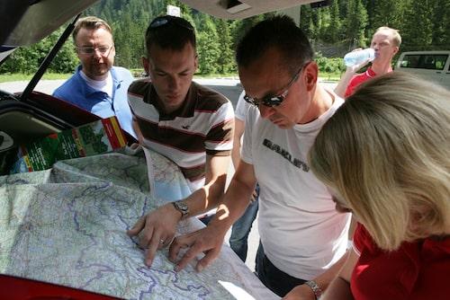 Någonstans i Alperna. Att välja småvägar betyder oftast stor vägkarta för att få rätt överblick över körsträckan.