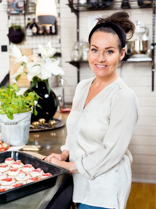 """Influencern Nina Hermansen älskar att baka. """"Att baka är som terapi för mig"""", säger hon."""