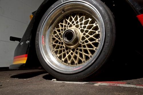 Feta hjul med mycket grepp. Och visst är det snyggt med de tredelade kryssekerfälgarna.