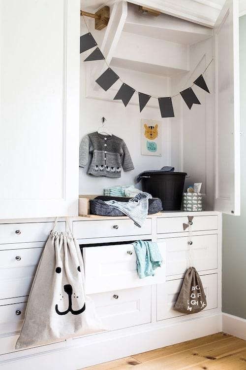 Gör förvaringen till en del av rummet och slipp fula garderober (och fallrisken!)