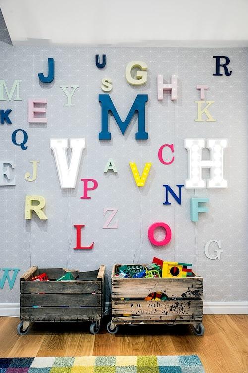 Var kreativ! I den här familjen har man gjort lampor av olika bokstäver – perfekt för att öva på alfabetet.