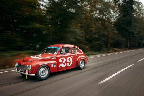 Streamern i vindrutan är klockren för bilen – full fart är precis det som gäller!