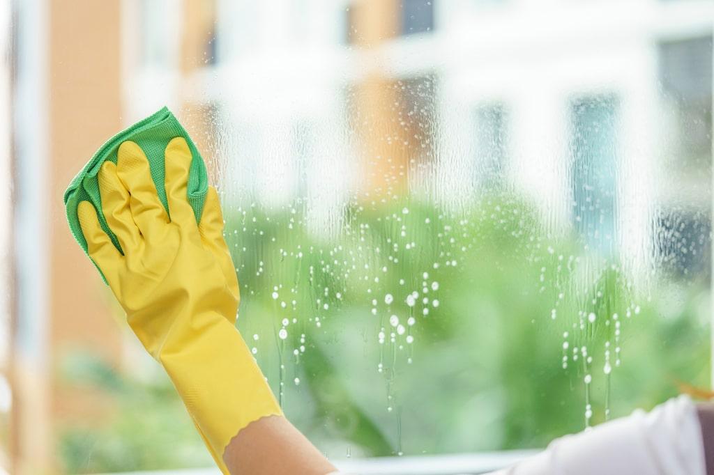 Gör ditt egna fönsterputsmedel för bäst resultat.