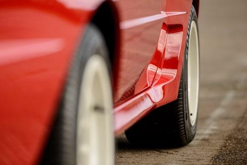 Underbara älskade kolfiberarmerade plastkaross. Lite vågigt ska det vara och på bilar med originallack så ska man kunna se karossmaterialets struktur genom färgen.
