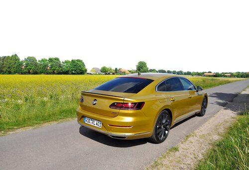Titta förbi de snygga karossvecken och notera det viktigaste: VW:s backkameror är dolda i emblemet som fälls upp vid behov.