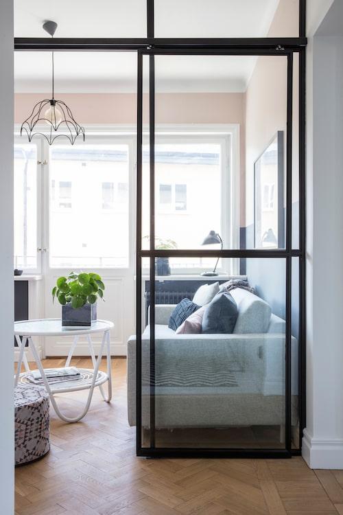 """I """"mellanrummet"""" som leder ut till en av balkongerna syns ett ärvt bord och taklampa från loppis i Portugal. Glasväggen kommer från Edlund smide."""
