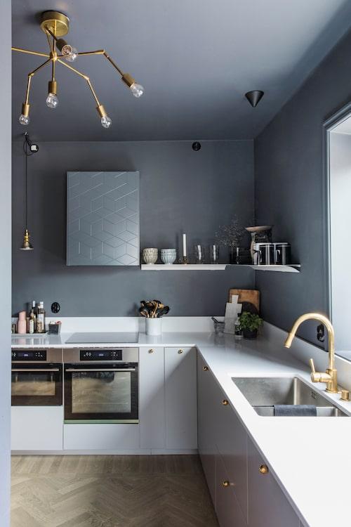 Köket har ljusgrå luckor från Ikea, medan de mörkgrå och beslagen är från Superfront. Blandare, Tapwell.