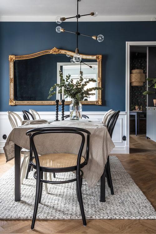 I matsalen har otaliga middagar serverats. Bordet och de flesta stolarna är secondhand, karmstolarna kommer från Thonet. Spegeln är inropad på Stockholms auktionsverk och taklampan är från Housedoctor. Matta, byrå och bordslampa, Bolia.