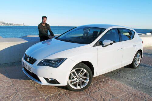 Chefredaktör Frodin sträcker ut i hamnen i sydspanska Malaga och noterar de snygga sidospeglarna som harmonierar med resten av designen hos nya Seat Leon.