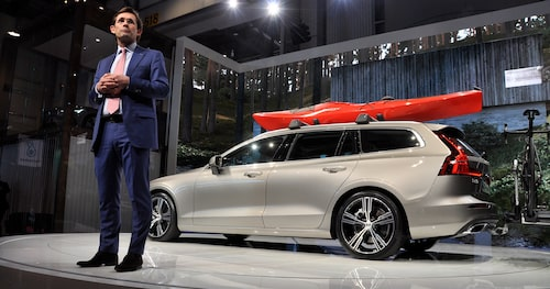 Nya Volvo V60 med Lex Kerssemakers på bilsalongen i Genève tidigare i år.
