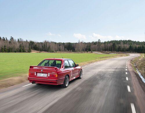 Trots att karossen liknade en vanlig 3-series, var det mesta utbytt när toppalternativet presenterades 1986. M3 var bredare och lättare – en bil konstruerad för banracing. Som drivkälla valdes en fyrcylindrig motor som var baserad på blocket M10 från den tidigare standardmotorn i första generationens 320/320i.