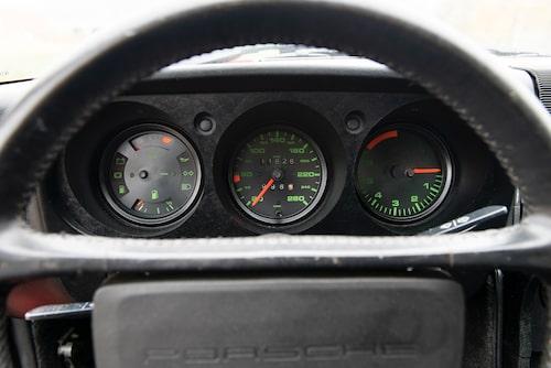 Gröna markeringar på instrumenten andas 1970-tal, snyggt! 944 hade samma inredning fram till 1985.