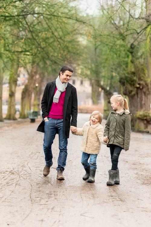 Messiah Hallberg med barnen Nils och Louise.