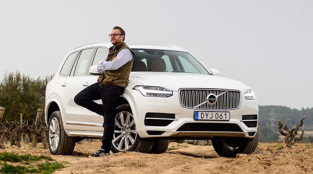 Hans Hedberg fick låna PeO Kjellströms fotoväst när han skulle provköra Volvo XC90.