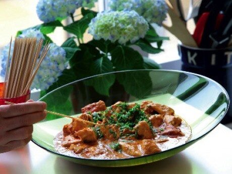 Kycklinggratäng, tandoori med naanbröd