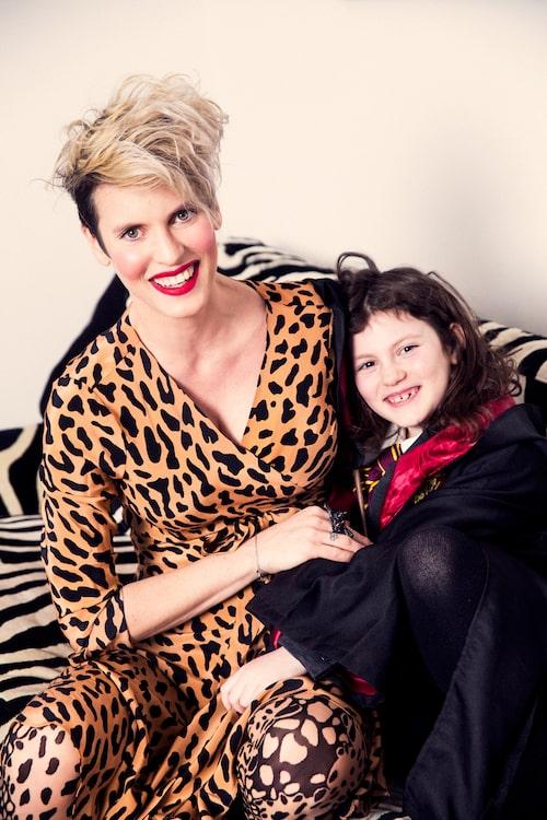 Nina har lärt Manja om kroppslig integritet sedan dottern var liten.