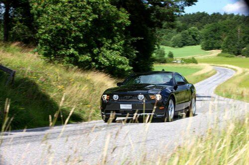 Ford Mustang GT 2010 års modell, en varm solig sommardag och en slingrande landsväg någonstans utanför Stockholm. Vissa dagar på jobbet är helt enkelt bättre än andra.