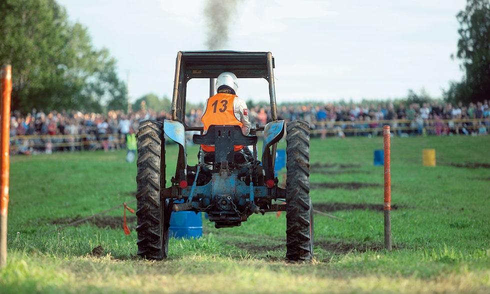Traktorracet 2011, med Teknikens Världs deltagare i hytten