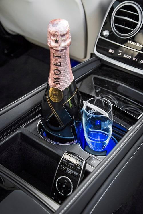 Väljer du kylning av dryck blir ljuset blått, väljer du värmning blir det rött.