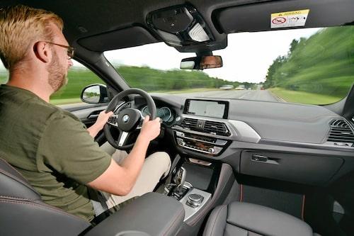 Oavsett vilken X4 man väljer får man den variabla styrservon på köpet och känslan är toppen och BMW-typiskt tung.