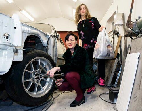 Idag är Sandra ansvarig för bil och tvätt och Johan för mat.